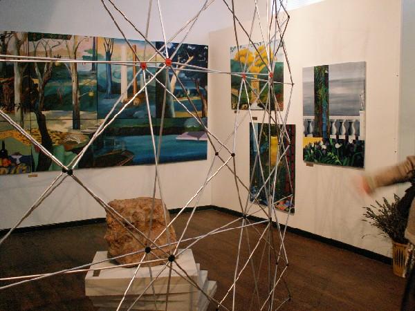 Salle d'exposition permanente avec les peintures de Ksenia Milicevic et la sculpture de Christopher Stone.