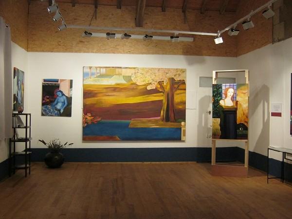 Salle polyvalente avec les peintures de Ksenia Milicevic.