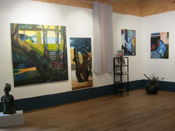 Salle polyvalente avec les peintures de Ksenia Milicevic et la sculpture de Gérard Lartigue.