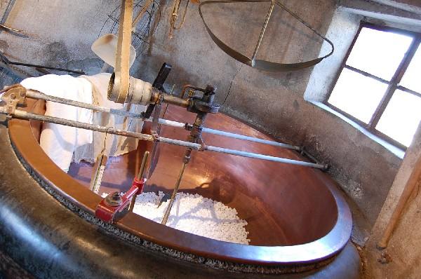 L'une des deux grandes chaudières servant à la fabrication du fromage de Comté dans l'atelier principal.